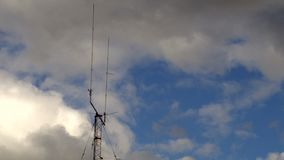 Stwarza ognisko domowe zasadzony podwójny kolec telekomunikacj anteny wierza z burz chmur czasu upływem zbiory