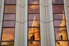 Stya för ¡ för Halà ¡ szbÃ: Geometriska Refction av bastionen för fiskare` s i Budapest Royaltyfri Fotografi