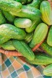 Styckar i lotter trätabellen för nya gröna gurkor Arkivbild