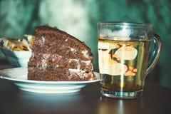 Stycke av caken med tea Royaltyfri Foto