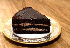 Stycke av chokladkakan på ett härligt uppläggningsfat Royaltyfri Fotografi