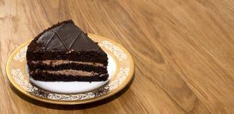 Stycke av chokladkakan på ett härligt uppläggningsfat Arkivbilder