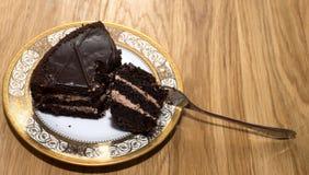Stycke av chokladkakan på ett härligt uppläggningsfat Arkivbild