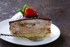 Stycke av den festliga kakan för läcker efterrätt med choklad Royaltyfria Bilder