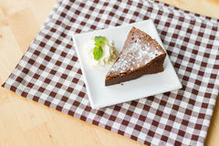 Stycke av den flourless chokladkakan Royaltyfri Foto