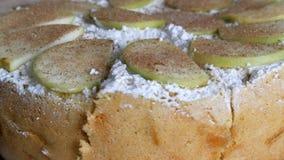 Stycke av den läckra traditionella nytt bakade hemlagade frodiga äppelpajen charlotte som pudras rikt med taget pudrat socker stock video