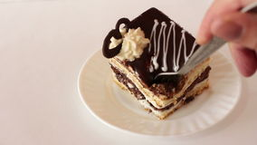 Stycke av den ljusbruna kakan för choklad som ätas med gaffeln arkivfilmer