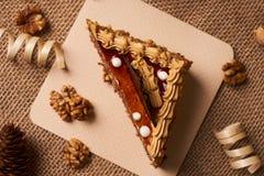 Stycke av den ljusbruna kakan med choklad Arkivfoton