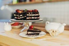 Stycke av den smaskiga kakan med frukter Royaltyfria Foton
