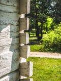 Stycke av en vit träbyggnad royaltyfri fotografi