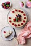 Stycke av födelsedagkakan med den hela kakan på bästa sikt för tabell royaltyfri fotografi