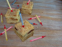 Stycke av födelsedagkakan med stearinljus arkivbilder