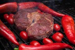 Stycke av fett nötkött på galler Royaltyfria Foton