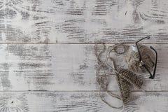 Stycke av grått handarbete på stickor arkivbild