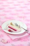 Stycke av hallonlitchiplommonet och Rose Yule Log Cake arkivfoton