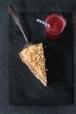Stycke av hemlagade Honey Cake Arkivbild