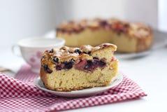 Stycke av kakan med körsbär Royaltyfri Bild