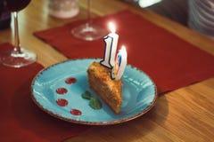 stycke av kakan med numret nitton i hedern av födelsedagberömmen royaltyfri foto