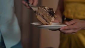 Stycke av kakan på plattan som klipps av av manliga händer lager videofilmer