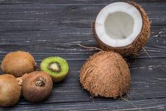 Stycke av kiwin och kokosnöten Arkivfoto