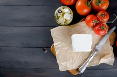 Stycke av mjuk ost på brädet och marinerad kryddig feta i a Fotografering för Bildbyråer
