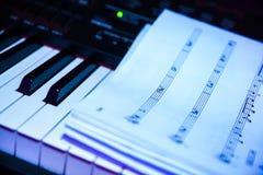 Stycke av musik överst av pianot Fotografering för Bildbyråer