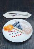 Stycke av ostkaka med blåbär på en vit platta Blåbärostkaka hemlagad efterrätt royaltyfri fotografi
