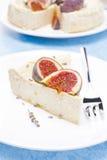 Stycke av ostkaka med honung och lavendel med fikonträd fotografering för bildbyråer