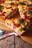 Stycke av pajen med broccoli, peppar och bacon, lodlinje Royaltyfri Fotografi