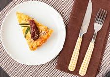 Stycke av pajen med spenat- och fisklaxen Royaltyfri Bild