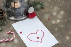 Stycke av papper med hjärta, godis, stearinljus royaltyfri fotografi