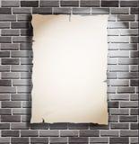 Stycke av papper på den vita tegelstenväggen Royaltyfria Bilder