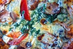 Stycke av pizza med korvost- och tomatstycken royaltyfri bild