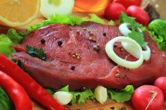 Stycke av rått kött Arkivfoton