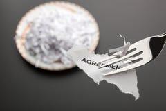 Stycke av sönderriven överenskommelse på gaffeln Arkivbilder