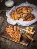 Stycke av sötsak flätat bröd med tappningkniven Royaltyfria Foton