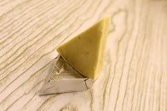 Stycke och skivor av ost på vit bakgrund från bästa sikt arkivbild