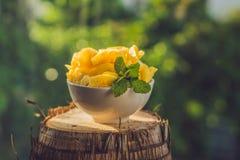 Stycken av ananas på en bakgrund av grönska Royaltyfri Bild