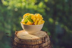 Stycken av ananas på en bakgrund av grönska Royaltyfri Fotografi