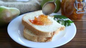 Stycken av bröd med söt hemlagad frukt sitter fast från päron och äpplen i en platta arkivfilmer