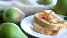 Stycken av bröd med söt hemlagad frukt sitter fast från päron och äpplen i en platta stock video