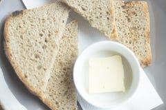 Stycken av bröd med smör royaltyfri fotografi