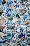 Stycken av brutet kinesblåttporslin kuper, bowlar och disk arkivfoto