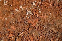 Stycken av brutna tegelstenar på jordningen Royaltyfria Foton