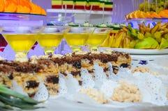 Stycken av caken Frukt på plattor Royaltyfri Foto