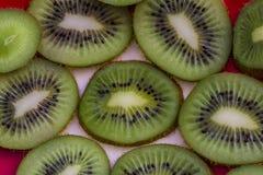 Stycken av den gröna kiwin på en platta arkivbild