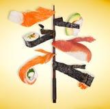 Stycken av den läckra japanska sushi som frysas i luften Arkivfoton