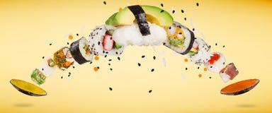 Stycken av den läckra japanska sushi som frysas i luften Royaltyfri Bild