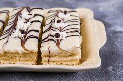 Stycken av den ljusbruna kakan Royaltyfria Bilder
