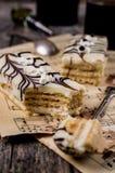 Stycken av den ljusbruna kakan Royaltyfri Foto